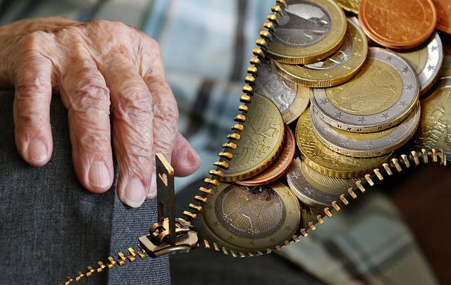 Las mujeres pensionistas de más de 85 años duplican a los hombres