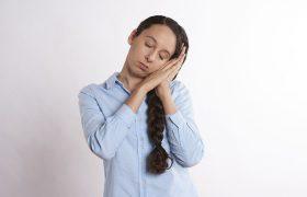 Aunque el empleado se duerma en el trabajo, la empresa debe pagarle las horas extra