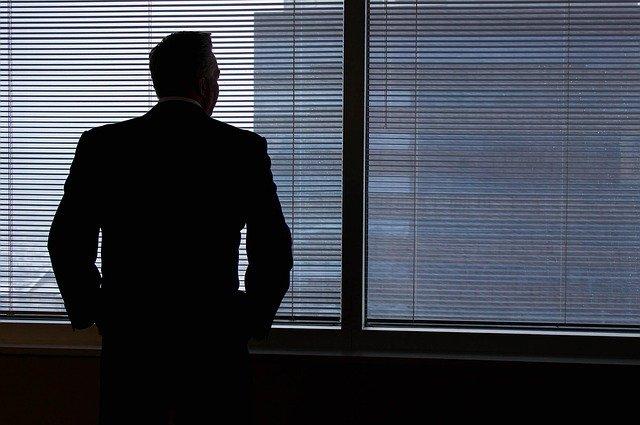 Un hijo despedido por su padre tiene derecho a paro si no vive con él