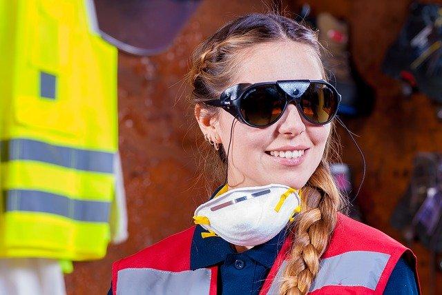 mujer con mascarilla en el trabajo