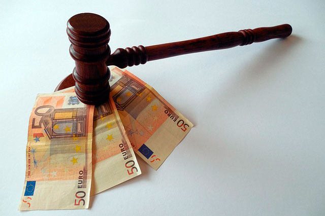 martillo juez con dinero